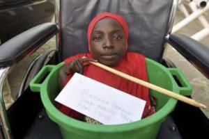 """وفاة الفتاة النيجيرية """"رحمة هارونا"""" بعد 19 عاما قضتها في وعاء بلاستيكي"""
