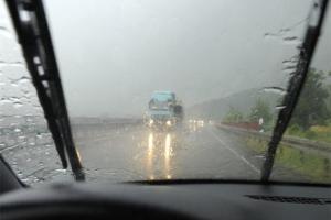 12 نصيحة لقائدي السيارات لتفادي الحوادث أثناء الشبورة والأمطار في الشتاء
