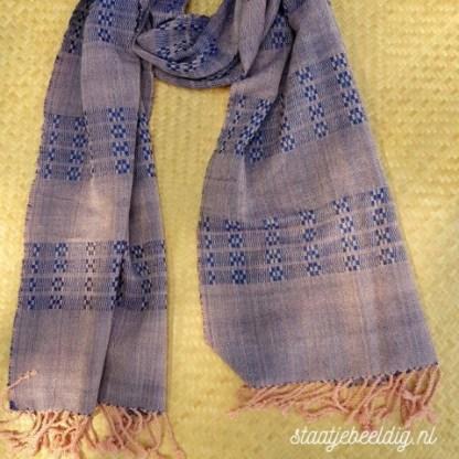 brede zalmroze met blauwe sjaal
