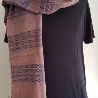 oudroze sjaal met blauw patroon