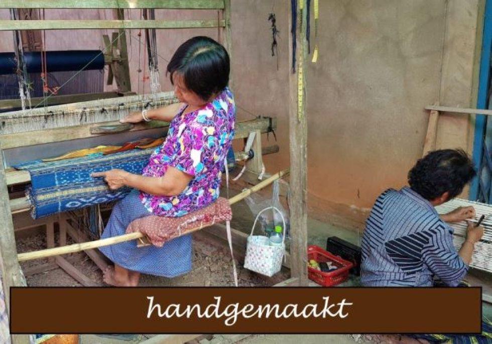 Dieser nachhaltige handgewebte Schal wird mit einem Holzwebstuhl hergestellt