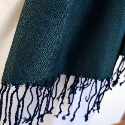 donkergroene sjaal met blauw detail
