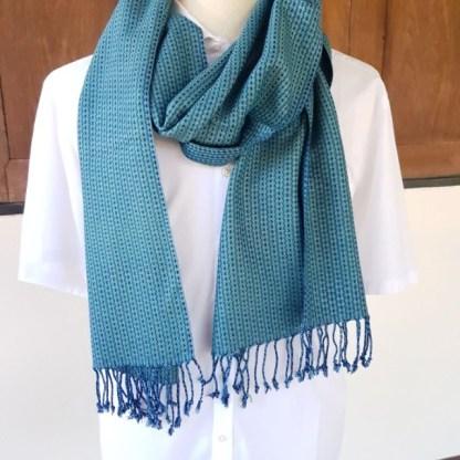blauwgroene sjaal met zigzag-blok patroon