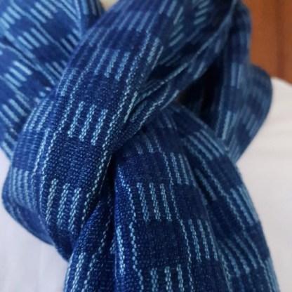 sjaal met donker en lichtblauw vierkant patroon