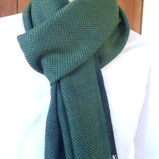 donkergroene sjaal met blauw patroon