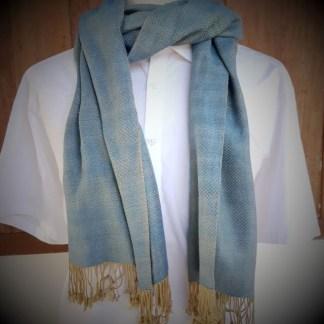 Zachte lichtblauwe sjaal met zandkleurig geruit motief