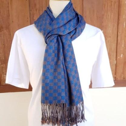 Blauwe sjaal met kastanjebruin vierkant patroon