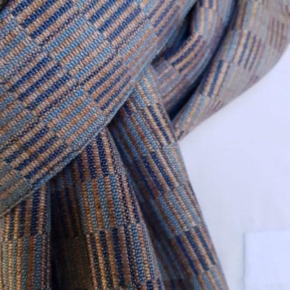 beige sjaal met blauwe blokken