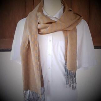 bruine sjaal met blauw