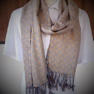 Bruin met blauw geblokte sjaal