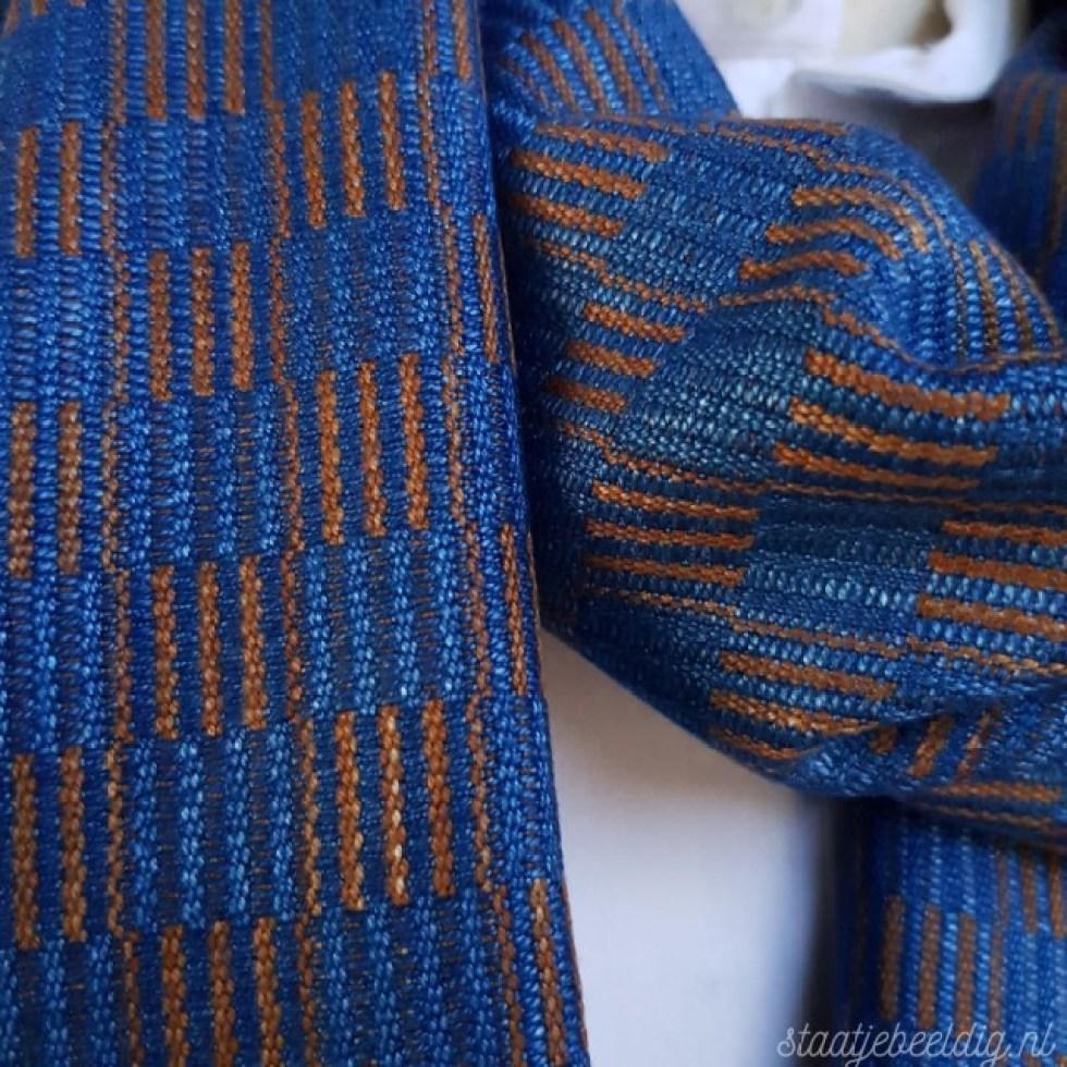 indigoblauwe sjaal met bruin geruit patroon