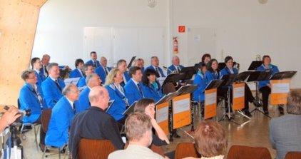 Die Musiker lauschen der Vereinsgeschichte