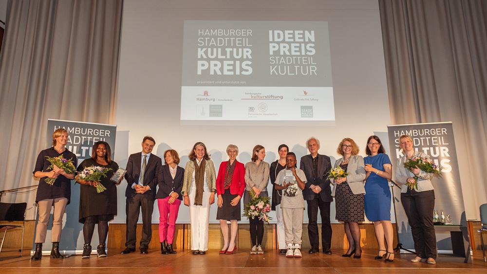 Gruppenbild mit Senatorin, Gewinnern, Preisstiftern und Jury Foto: Jo Larsson, www.jolarsson.com
