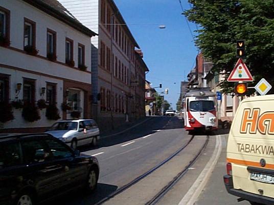 In Großsachsen an der Bergstraße immer noch üblich: Die Straßenbahn fähr eingleisig in Seitenlage auf der Straße (Bundesstraße 3). Ein Kuriosum, dass auch nach einer Komplettsanierung merkwürdigerweise noch erhalten blieb.