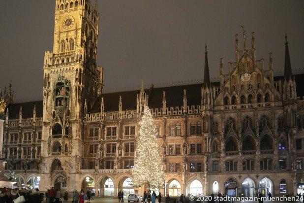 Der Christbaum am Marienplatz leuchtet