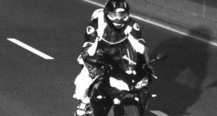 Motorradfahrer im Tunnel