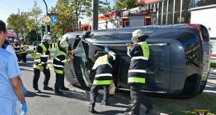 Verkehrsunfall Chiemgaustraße umgekippter Mercedes SUV Quelle Foto Berufsfeuerwehr