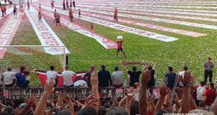 FC Bayern - Joshua Kimmich präsentiert den Fans vor der Südkurve in der Allianz Arena in München die Meisterschale Foto Niklas Allmeier