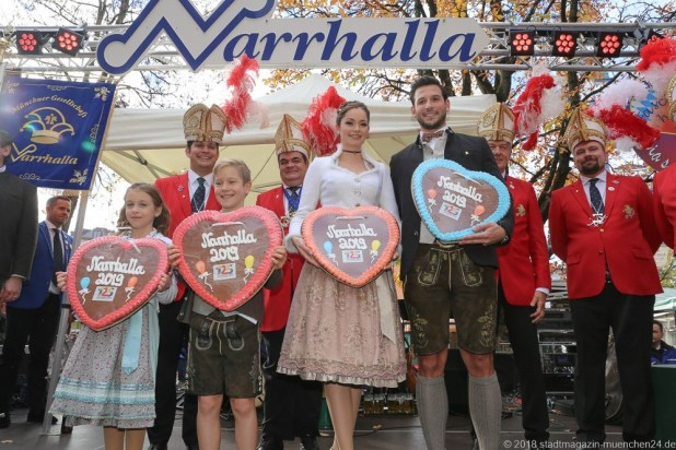 Narrhalla Kinderprinzenpaar Juli I. und Marcus I. und das offizielle Prinzenpaar 2019 der Landeshauptstadt München, Sarah I. und Fabrician I. bei der Vorstellung am 11.11. am Viktualienmarkt