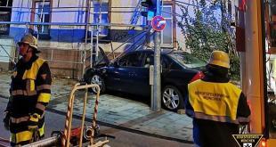 Auto landet in Baugerüst