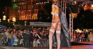 Dessous-Show Galeria Kaufhof am Stachus bei der langen Einkaufsnacht in München