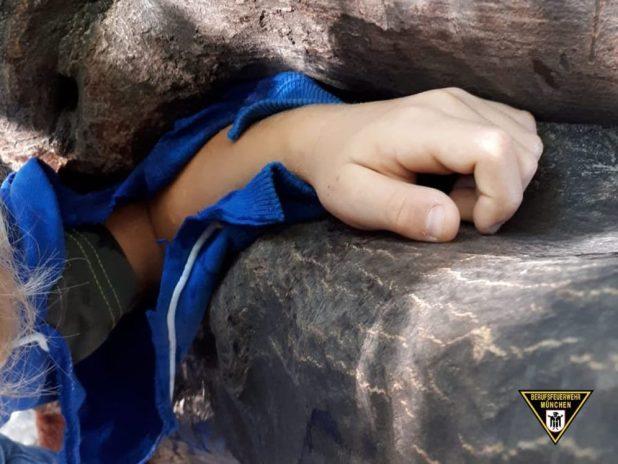 Kind in Baum eingeklemmt