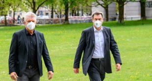 OB Dieter Reiter und Ministerpräsident Markus Söder auf dem Weg zur Pressekonferenz, auf der die Absage des Oktoberfestes 2021 verkündet wurde