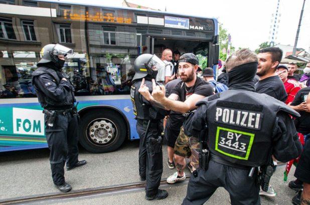 Ungarische Hooligans der Neonazi- Gruppe Carpathian Brigade skandieren am Wiener Platz in Haidhausen homophobe Sprechchöre