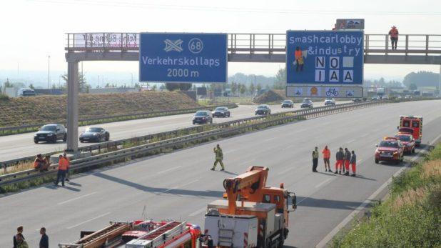 Protestaktion auf Autobahn A9 gegen IAA Mobility in Münchenh