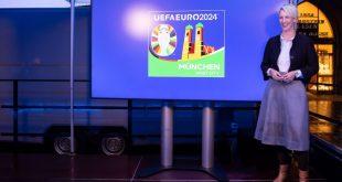 Bürgermeisterin Katrin Habenschaden präsentiert das Logo von München als Spielort für die Fußball Europameisterschaft Euro2024