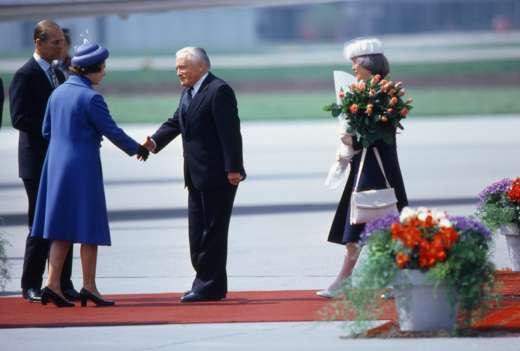 Bundespräsident Chevallaz begrüsst Königin Elizabeth II. auf dem Flughafen Zürich-Kloten, 29. April 1980. Foto: Philippe Dutoit © StAAG/RBARBA13-RC01027-8_141