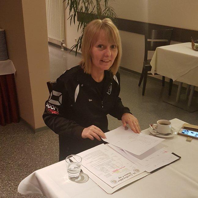 Tina kollar papperna inför tävlingen morgon
