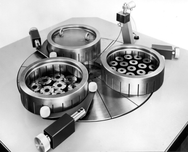 Lapping machine with three dressing rings