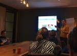 Cursisten luisterend naar workshop van Carolien Munsters met uitleg op beamerscherm