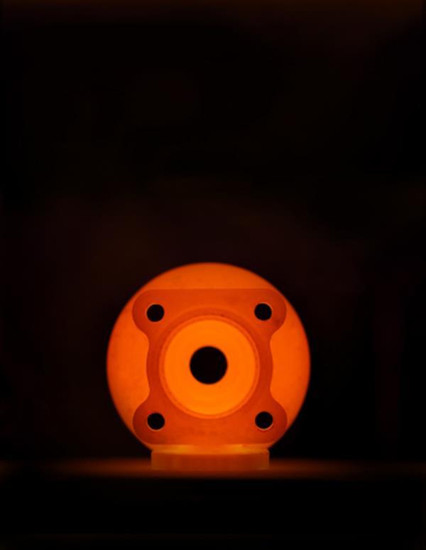 parte metallica della pompa stampata in metallo 3D è sinterizzata nel forno metallico del tavolo