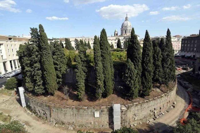 Vista dall'alto di giorno del Mausoleo di Augusto a Roma