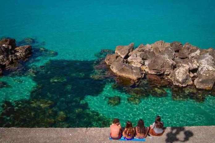 A Ferragosto quattro ragazzi al mare in Puglia
