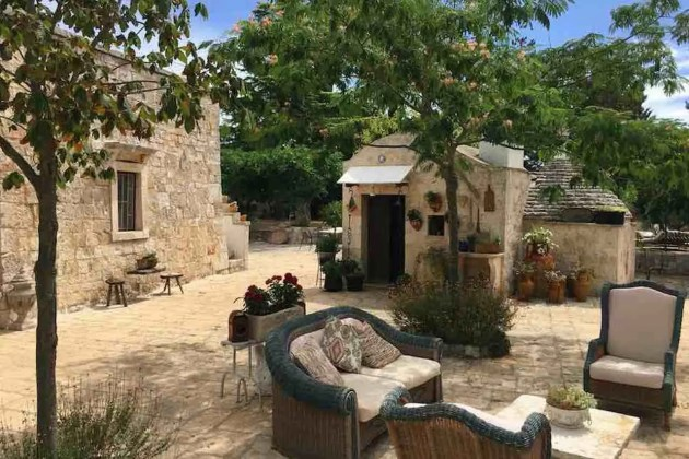 Residenza Fenicia: l'esterno con trullo e giardino