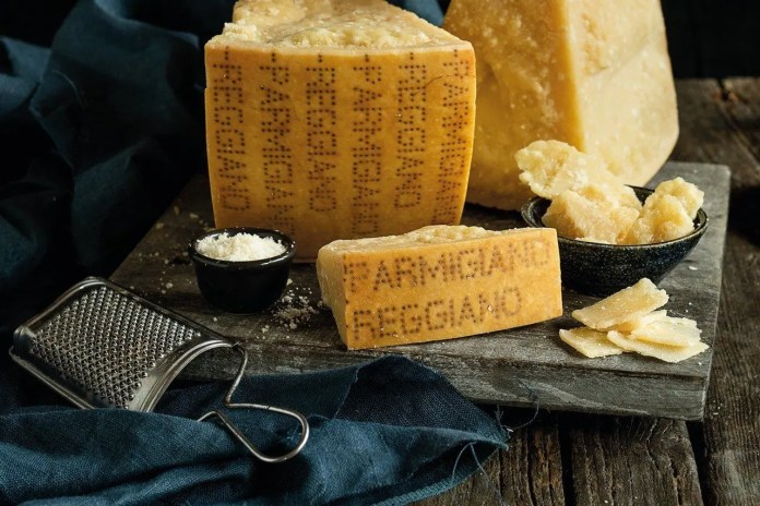 Parmigiano Reggiano a pezzi su un tagliere
