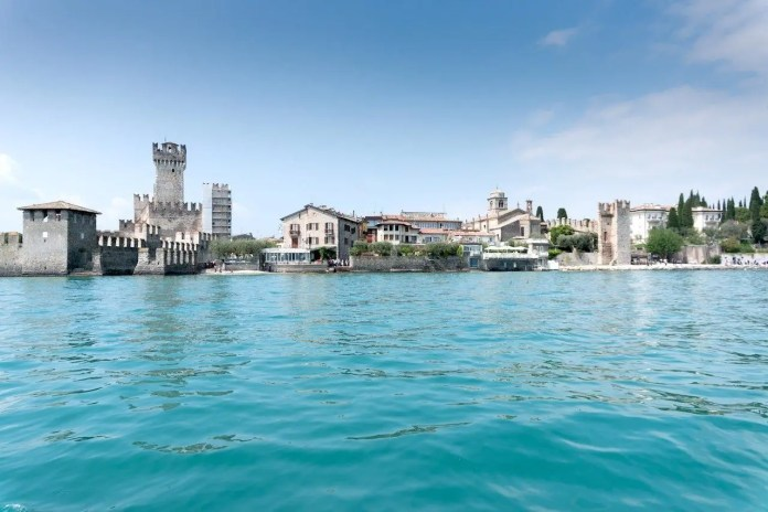 Veduta di Sirmione e della Rocca Scaligera dal Lago di Garda