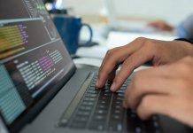 Un uomo al lavoro su un software