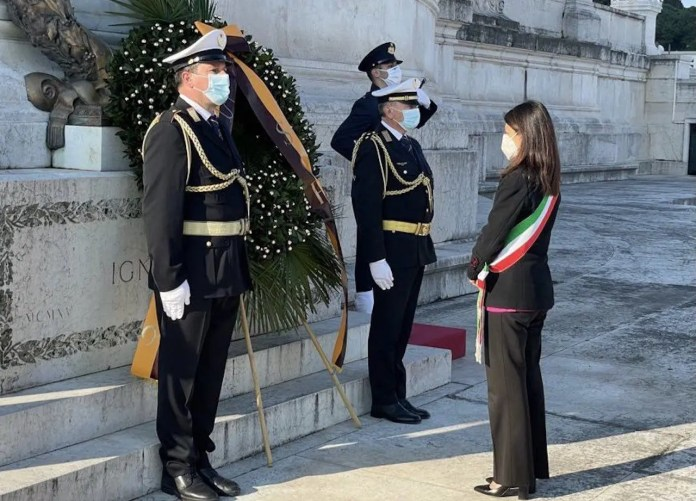 Natale di Roma, la sindaca Virginia Raggi depone una corona d'alloro sull'Altare della Patria