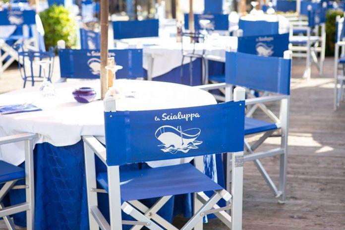 Sedie e tavolo a la Scialuppa da Salvatore a Fregene