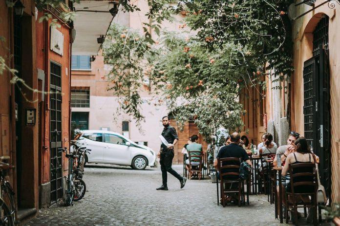 I ristoranti potranno avere clienti solo all'esterno