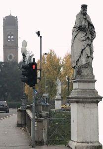 Ferrara, statua di San Maurelio