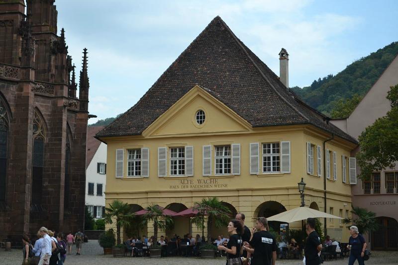 https://commons.wikimedia.org/wiki/File:Die_alte_Wache_in_Freiburg.jpg