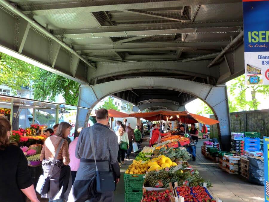 Isemarkt onder de spoorbrug bij Eppendorfer Baum