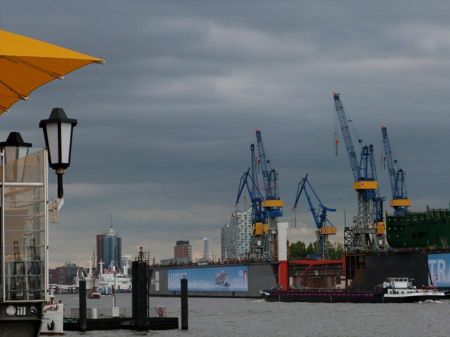 Wat is er in Hamburg te doen bij slecht weer: dreigende wolken boven de haven