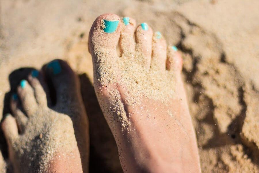 Vakantie aan de Duitse kust: voeten in het zand