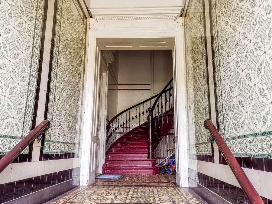 De mooiste trappenhuizen in Hamburg: prachtig betegelde entree van een woonhuis in St. Pauli